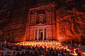 Das Schatzhaus in Petra, beleuchtet von hunderten Kerzen, Petra, Jordanien