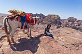 Ein Beduine mit seinem Pferd am Hohen Opferplatz in Petra, Jordanien