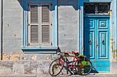 Ein Rad angelehnt an einer Hausmauer in Marsaxlokk, Malta