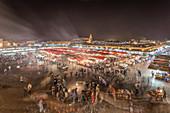 Der Djemaa El Fna bei Nacht in Bewegung, Marrakesch, Marokko