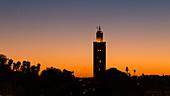 Sonnenuntergang mit Blick auf die Koutoubia Moschee in Marrakesch, Marokko