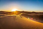 Sonnenaufgang in der Erg Chebbi Wüste in Marokko