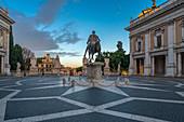 Morgens am Palatin mit Blick auf die Statue von Mark Aurel, Rom, Italien