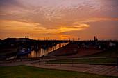 Abendstimmung am Dorumer Kutterhafen, Dorum, Niedersachsen, Deutschland