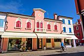 Bunte Häuserfassaden in Caorle, Venetien, Italien
