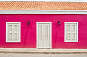Häuser mit kräftigen Farben sind typisch für die Stadt, Willemstad, Curaçao, Niederländische Antillen, Karibik