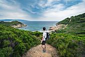 Tourist am Weg zum Krifi Ammos Strand auf Skiathos, Griechenland