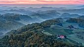 Morgendlicher Blick vom Aussichtsturm am Platschberg auf die hügelige slowenische Landschaft von Kungota, Slowenien