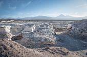 Mineralien Abbau, im Hintergrund Vulkan Licancabur in der Cordillera Occidental, San Pedro de Atacama, Atacama Wüste, Region Antofagasta, Chile, Südamerika
