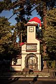Uhrenturm mit Nikolaus Mütze am Plaza de Armas, Santa Cruz, Colchagua Tal (Weinanbau Gebiet), Chile, Südamerika