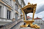 Blick auf eine Goldene Lampe vor dem Nymphenburger Schloss, München, Bayern, Deutschland, Europa