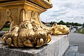 Detail von Goldener Löwentatze an den Lampen vor dem Nymphenburger Schloss, München, Bayern, Deutschland, Europa