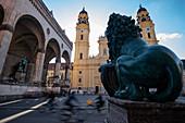Blick auf die Theatinerkirche und den Odeonsplatz in München, Bayern, Deutschland, Europa