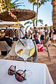 Sommerliches Getränk am Abend auf der Hotelterrasse, Cala Santanyi, Mallorca, Spanien