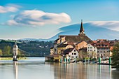 Frankreich, Haute-Savoie, die Rhône und das Dorf Seyssel (Haute-Savoie) von Seyssel (Ain) aus gesehen, die Kirche und die alte Hängebrücke von 1838