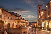 Brunnen in der Piazza del Comune bei Sonnenuntergang in Assisi, Italien