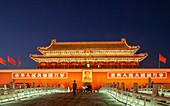 Tiananmen-Tor in der Nacht in Peking, China