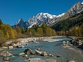 Schneebedeckter Berg am Fluss im Aostatal, Italien