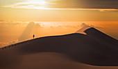 Mann in der Namib-Wüste in Namibia