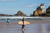 France, Pyrennees Atlantique, Basque Country, Biarritz, surfers on the beach of Basques overlooking Villa Belza