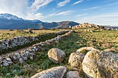 Frankreich, Haute-Corse, Balagne, hochgelegenes Dorf Sant'Antonino, ausgezeichnet mit 'Les Plus Beaux Villages de France' (schönste Dörfer Frankreichs), Gesamtansicht des Dorfes