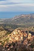 Frankreich, Haute-Corse, Balagne, Blick auf das Dorf Speloncato auf dem Hügel