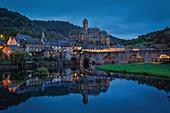 Frankreich, Aveyron, Estaing, aufgeführt als eines der schönsten Dörfer Frankreichs, die Brücke, UNESCO-Weltkulturerbe, Dorf und Brücke spiegeln sich im Fluss Lot