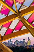 Frankreich, Paris, Bois de Boulogne, Jardin d'Acclimatation, Avenue Mahatma Gandhi, Louis Vuitton Foundation, entworfen von Frank Gehry (eröffnet 2014), mit einer farbenfrohen Installation von Daniel Buren, Blick von den Terrassen über La Defense