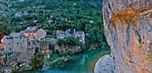 Frankreich, Lozère, Nationalpark Cevennen, UNESCO-Weltkulturerbe, Sainte-Chély-du-Tarn, Dorf am Ufer des Tarns, im Schutz der Steilküste
