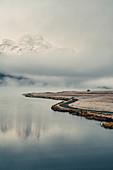 Ufer des Silvaplanersees im Nebel bei Sonnenaufgang im Oberengadin, Sankt Moritz im Engadin, Schweiz