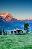Alm vor Wetterstein mit Zugspitze bei Sonnenaufgang, Wank, Estergebirge, Werdenfels, Bayerische Alpen, Oberbayern, Bayern, Deutschland