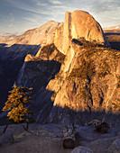 Blick vom Glacier Point auf Half Dome bei Sonnenuntergang, Yosemite National Park, Kalifornien, USA