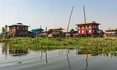 Fahrt durch schwimmendes Dorf auf dem Inle See, Heho, Myanmar