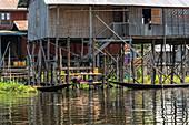 Bootsfahrt durch schwimmendes Dorf auf dem Inle See, Heho, Myanmar