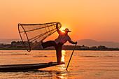 Einbeinruderer auf Inle See bei Sonnenuntergang auf Bootsfahrt, Nyaung Shwe, Myanmar