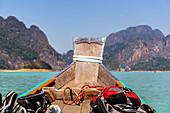 Fahrt mit Longtailboot über den Ratchaprapha See im Khao Sok Nationalpark, Khao Sok. Thailand