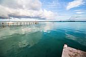 Türkises Wasser mit Blick auf Steg an der Lagune von Bacalar, Quintana Roo, Yucatan Halbinsel, Mexiko