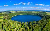 Luftansicht des Pulvermaars bei Gillenfeld, Eifel, Rheinland-Pfalz, Deutschland