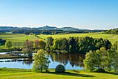 Das Booser Maar mit Blick zur Nürburg, Eifel, Rheinland-Pfalz, Deutschland