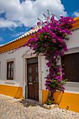 Malerische Straße in Tavira, Algarve, Portugal