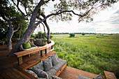 Holzplattform mit Blick auf die malerische Landschaft in einem Zelt-Safari-Camp