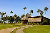 Golfplatz mit Heli-Landeplatz  in tropischer Vegetation auf Yanuca island, Fiji