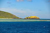 Blick auf das türkise Wasser mit Korallenriff und eine kleine Insel, Fiji Islands