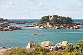 Cote de Granit Rose, Insel mit Schloss Costaeres, Bretagne, Frankreich