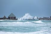 Hafen Goury im Sturm, Nordspitze des Cotentin, Normandie, Frankreich