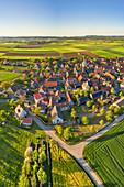 Luftbild von Dornheim in der Hellmitzheimer Bucht, Iphofen, Kitzingen, Unterfranken, Franken, Bayern, Deutschland, Europa