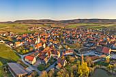 Luftbild von Wiesenbronn am Abend, Kitzingen, Unterfranken, Franken, Bayern, Deutschland, Europa