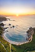 Luftaufnahme von Playa del Silencio (Strand der Stille) bei Sonnenuntergang, Castaneras, Asturien, Spanien