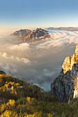 Die Berge von Lecco (Corni di Canzo, Rai, Moregallo) in Wolken gehüllt, Blick vom Gipfel des Coltignone, Piani dei Resinelli, Provinz Lecco, Lombardei, Italien, Europa