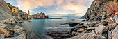 Panorama des Hafens von Vernazza im Herbst, Vernazza, Cinque Terre, Weltkulturerbe, Provinz La Spezia, Region Ligurien, Italien, Europa